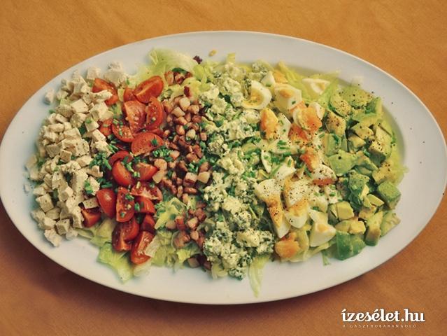 Cobb saláta - amerikai csirkesaláta baconnel és kéksajttal