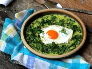 Karalábé- és reteklevélfőzelék curryvel