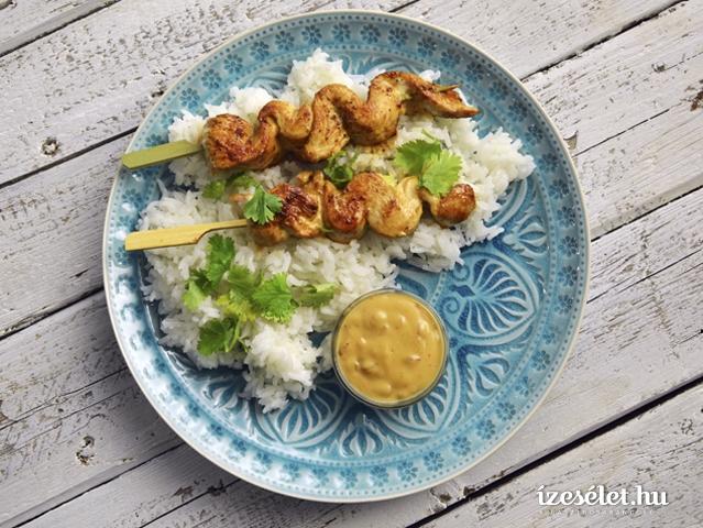 Csirkenyárs pikáns mogyorószósszal és jázmin rizzsel