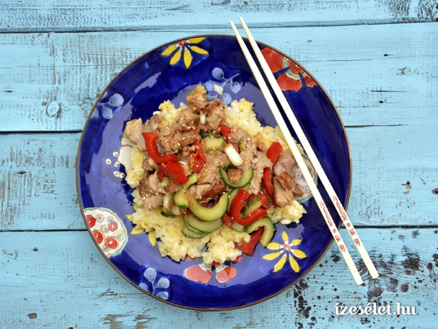 Keleties, gyömbéres, uborkás sertésszűz tojásos rizzsel