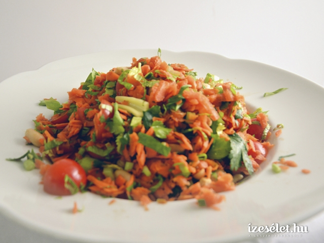 Pikáns sárgarépa saláta pirított földimogyoróval
