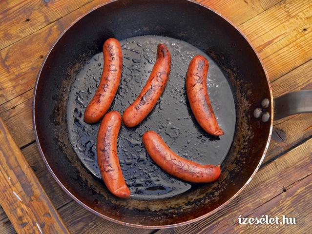 Serpenyőben sült grillkolbász