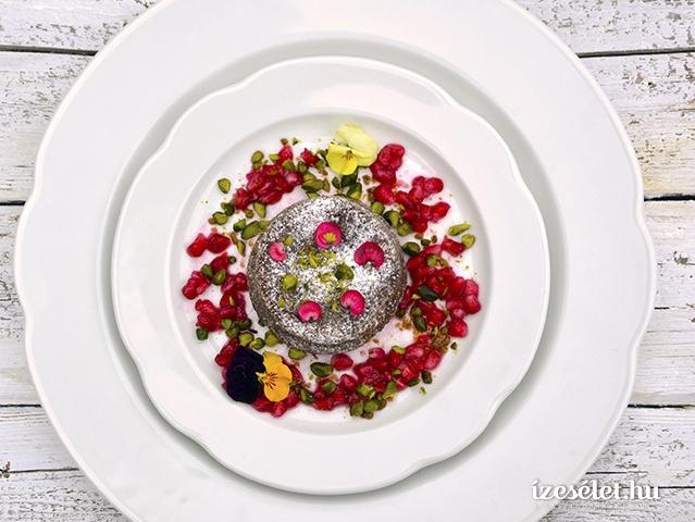 Villámgyors, fűszeres csokoládéláva, gránátalmaszósz és cukrozott virágszirom házilag
