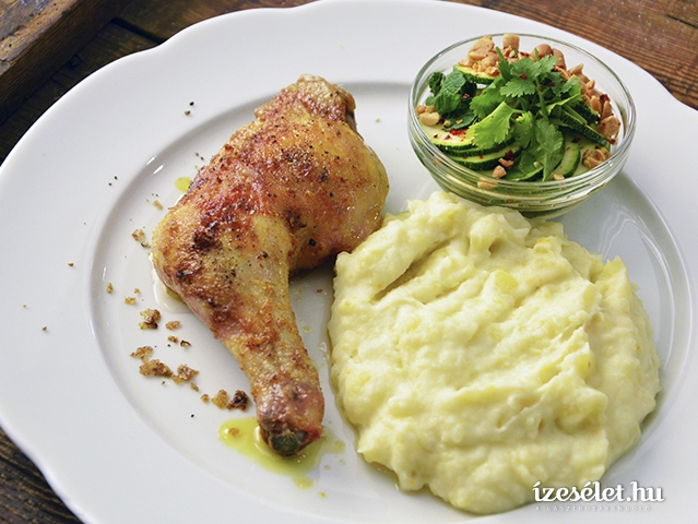 Pikáns sült csirke, fűszeres krumplipürével és ecetes cukkinivel