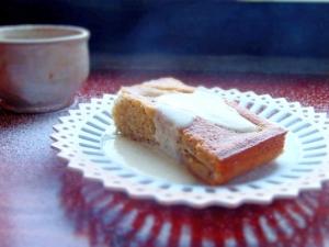 Mákos, körtés kevert sütemény vaníliasodóval