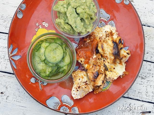 Ropogósra sült paprikás csirke petrezselymes galuskával és uborkasalátával