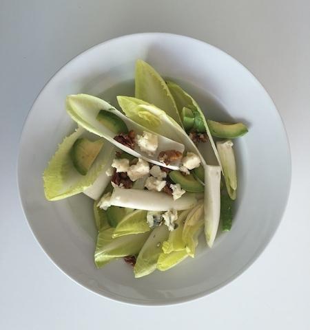 Avokádós cikória saláta, kéksajttal és dióval