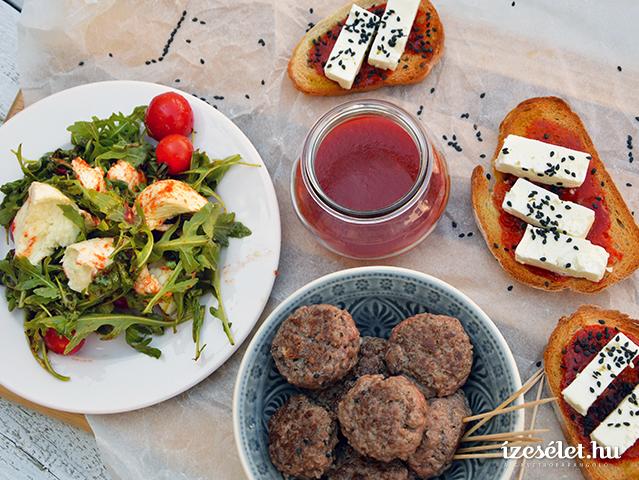 Sajtos vendégvárók kápialekvárral: kecskesajtos crostini, gorgonzolás húsgombóc és mozzarellás rukolasaláta