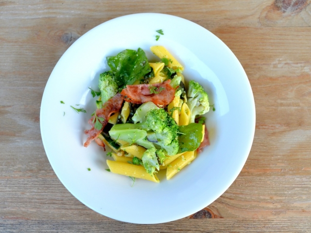 Brokkolis-sóskás tésztasaláta (gluténmentes)
