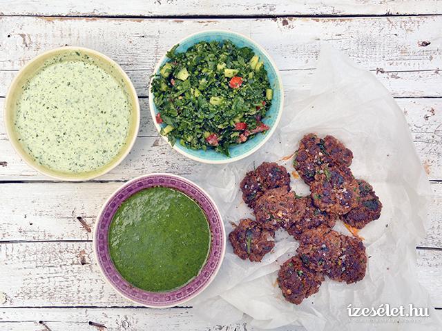 Fűszeres grillezett húspogácsa petrezselyemsalátával, zöldfűszeröntettel és joghurtos koriander chutney-val