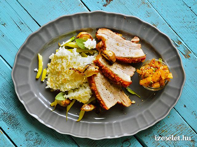 Egészben sült sertés hasaalja, rakott zöldbabbal és fűszeres almamustárral