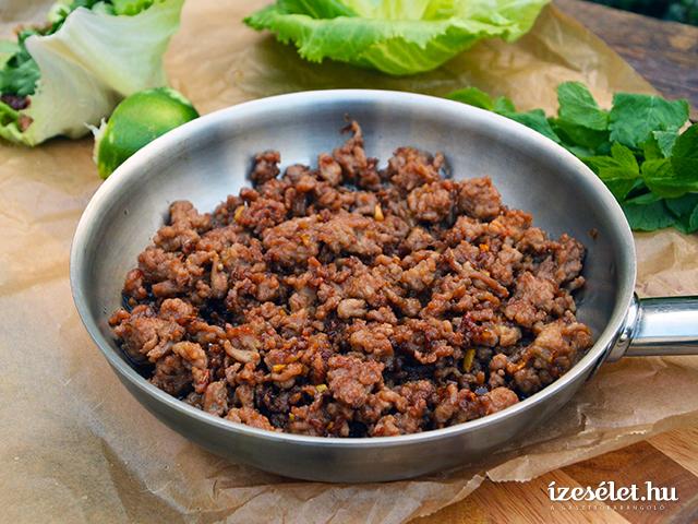 Szójaszószos sertéshús salátalevélben
