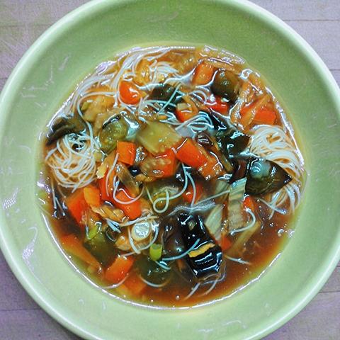 Édes-savanyú-csípős leves (tej- tojás- és gluténmentes vegán recept)