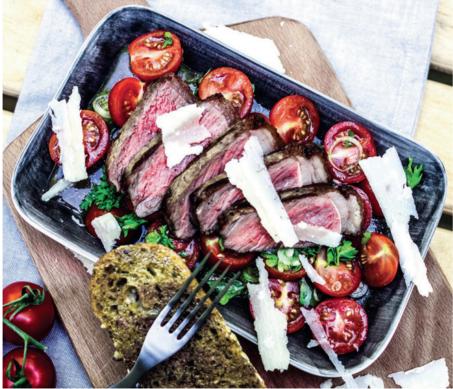 Steak magos cipóval és   koktélparadicsom-salátával