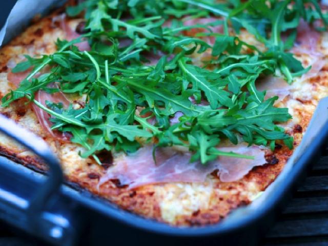 Diós karfiolpizza pármai sonkával és rukolával