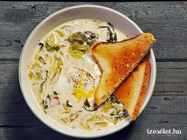 Salátaleves buggyantott tojással