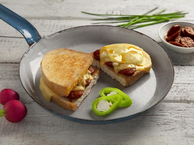 Kolbászos, sajtos dupla szendvics