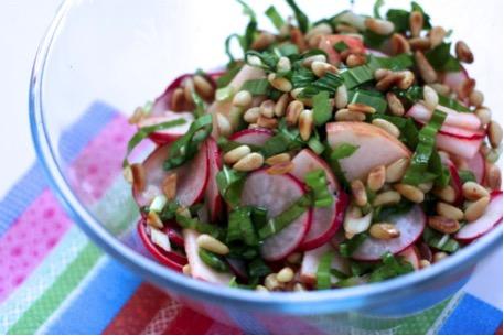 Medvehagymás alma-retek saláta fenyőmaggal