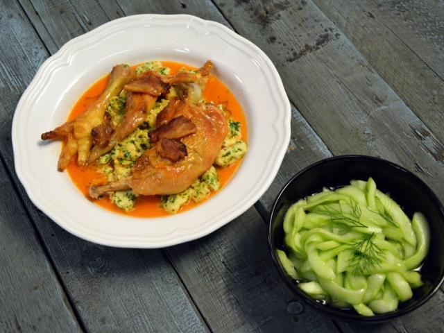 Paprikás csirke nodeklivel és uborkasalátával