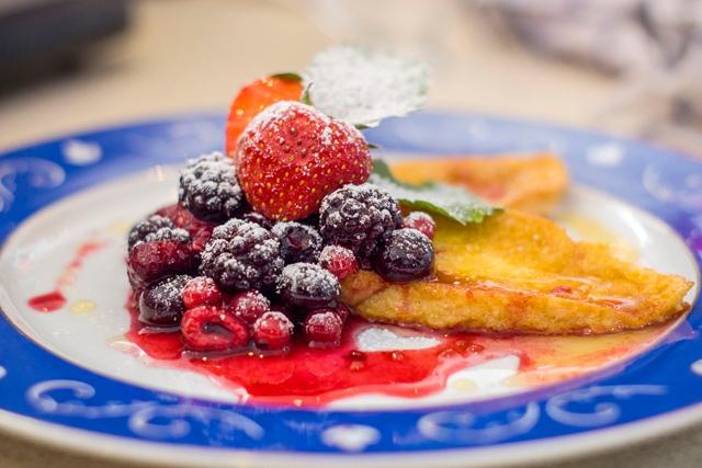 Konyhasuli franciául: bundáskenyér juharsziruppal és erdei gyümölcsökkel (Pain Perdu avec Sirop D'érable et Fruits Rouge)
