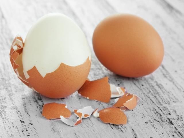 Hogyan főzz olyan tojást, amit meg is tudsz hámozni?