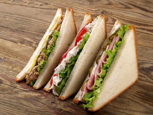 Club sandwiches with tuna, ham and chicken_00000
