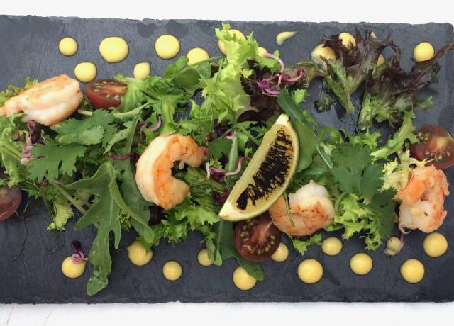 Friss kevert saláta scampival, hollandi mártással