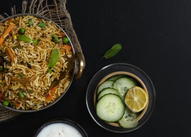 Biryani rizs lángoló hagymás relish-sel