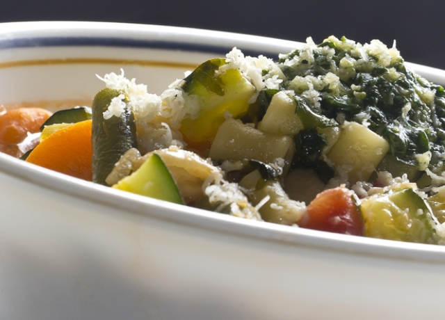 Minestrone pirított zöldségekkel és pestóval