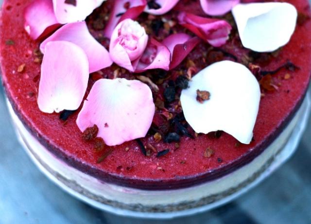 Gránátalmás-kókuszos-kesudiós citromparfétorta virágszirmokkal