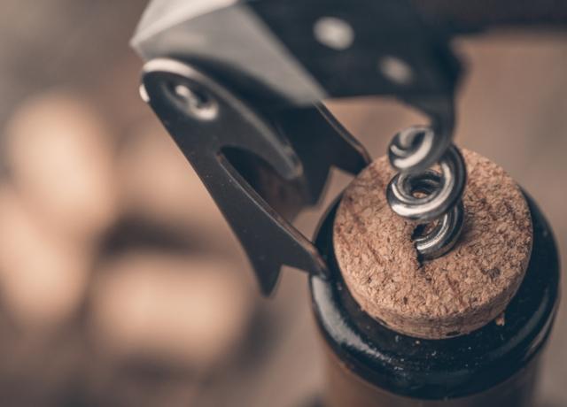 Hogyan nyissunk ki egy borosüveget dugóhúzó nélkül?