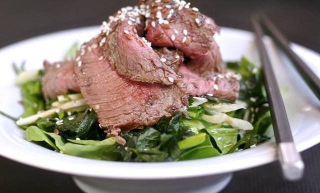 Ázsiai hátszín saláta bok choyjal, édesköménnyel, szezámmaggal