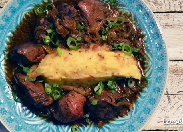 Majoránnás pulykamáj hagymás szószban, baconos krumplipürével