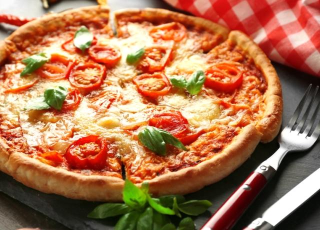 Dagasztás nélküli Margherita pite-pizza