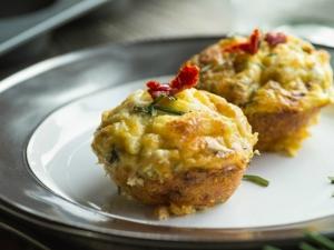 Cheddar sajtos tojásmuffin kolbásszal