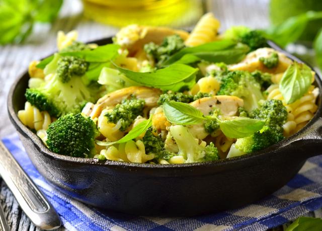 Serpenyős balzsamos csirke zöldségekkel