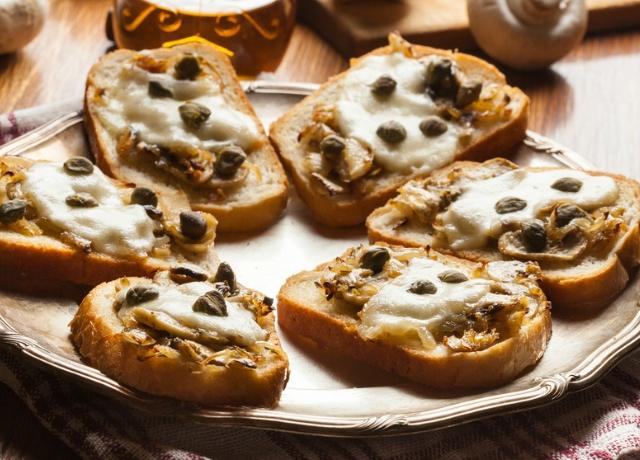 Karamellizált hagymás, gombás és olvasztott sajtos szendvics