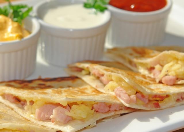 Sonkás-sajtos quesedilla