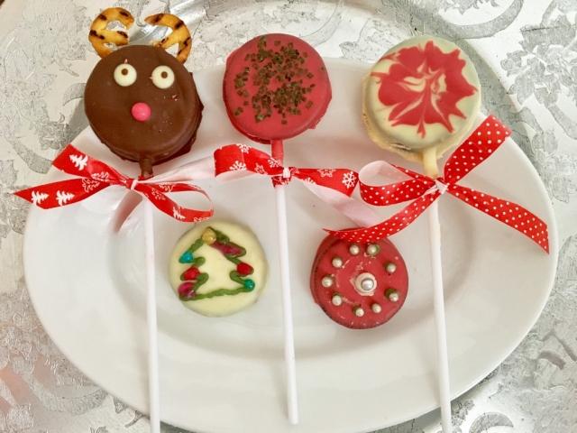 Oreo imádók figyelem! Karácsonyi giccsparádé Oreóból: nyalókák, golyók, színes kekszek