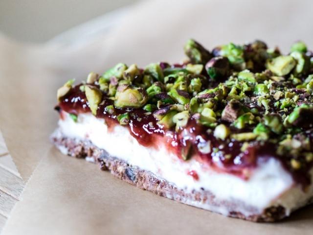 Óévi búcsú sajttortával: Fehércsokoládés torta limoncellos erdei gyümölcs mázzal, pisztáciával