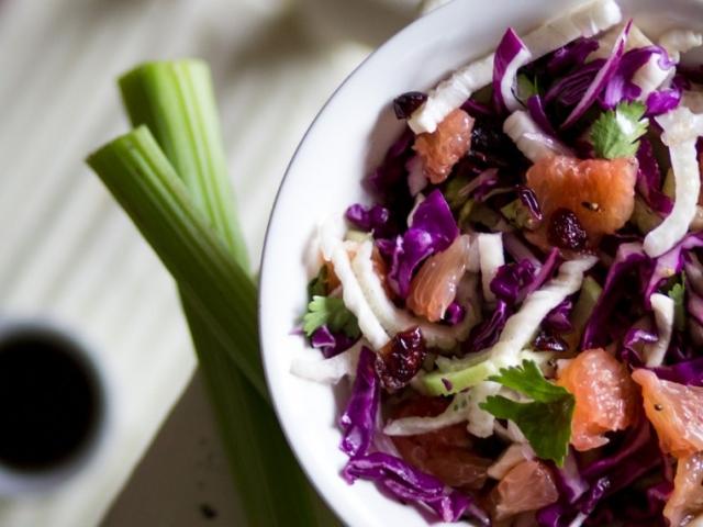 Egészséges téli csemege: Lilakáposzta és édeskömény saláta vérnaranccsal, aszalt áfonyával, tormás-balzsamecetes öntettel