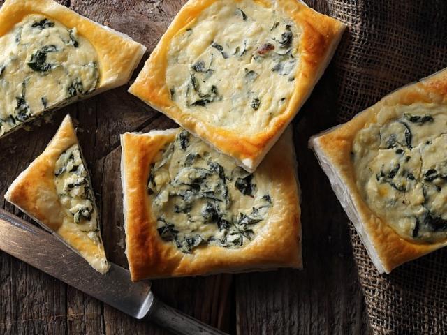 Könnyű és gyors vendégváró: Spenótos-sajtos kockák