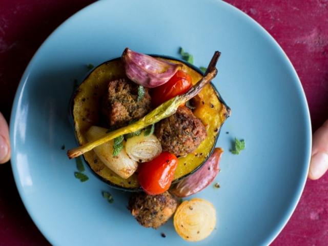 Látkesz-fasírttal töltött mini sütőtök, grillezett paradicsommal