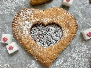 Igazi kényeztetés Valentin napra: mini szívpite omlós tésztából, házi lekvárral