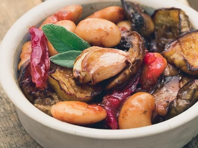Igazi food hack: isteni, olcsó, és negyed óra alatt elkészül: Ajvárpörkölt fehérbabbal, gombával