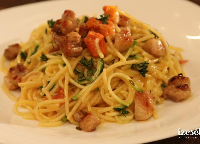 Citromos spagetti cukkinivel és pirított csirkével