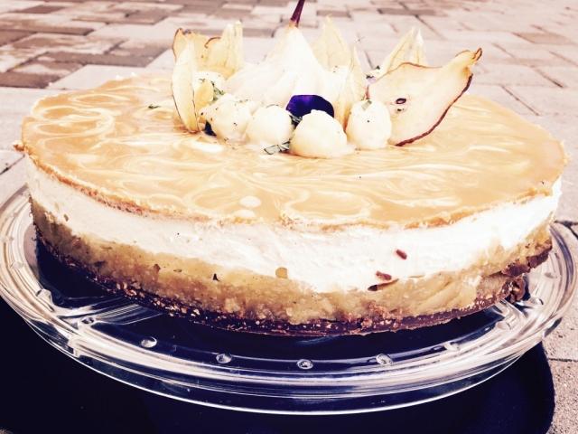 Csokis réteg. Körtés réteg. Vaníliás réteg. Karamellás réteg. Ez Olivér séf legújabb torta receptje címszavakban.