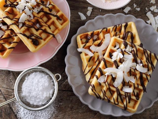 Ünnepeljük meg a gofri napot egy egyszerű de nagyon finom kókuszos-csokis waffellel
