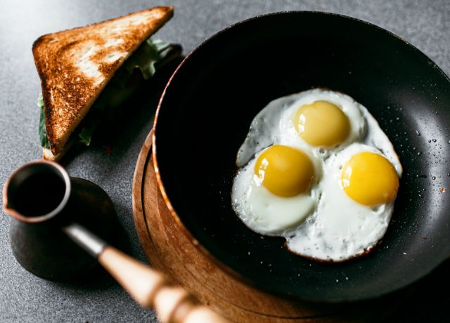 Buggyantott tojás török módra