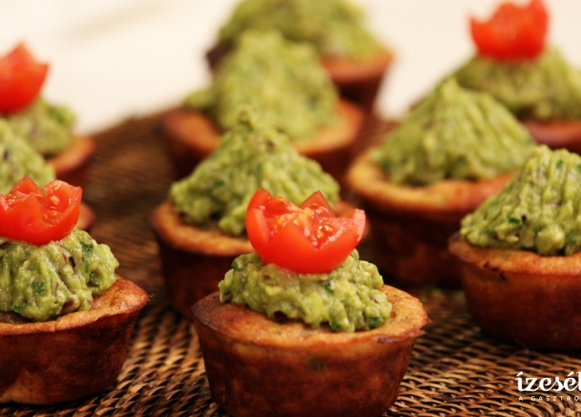 Cukkinis muffin ananászos guacamole-val